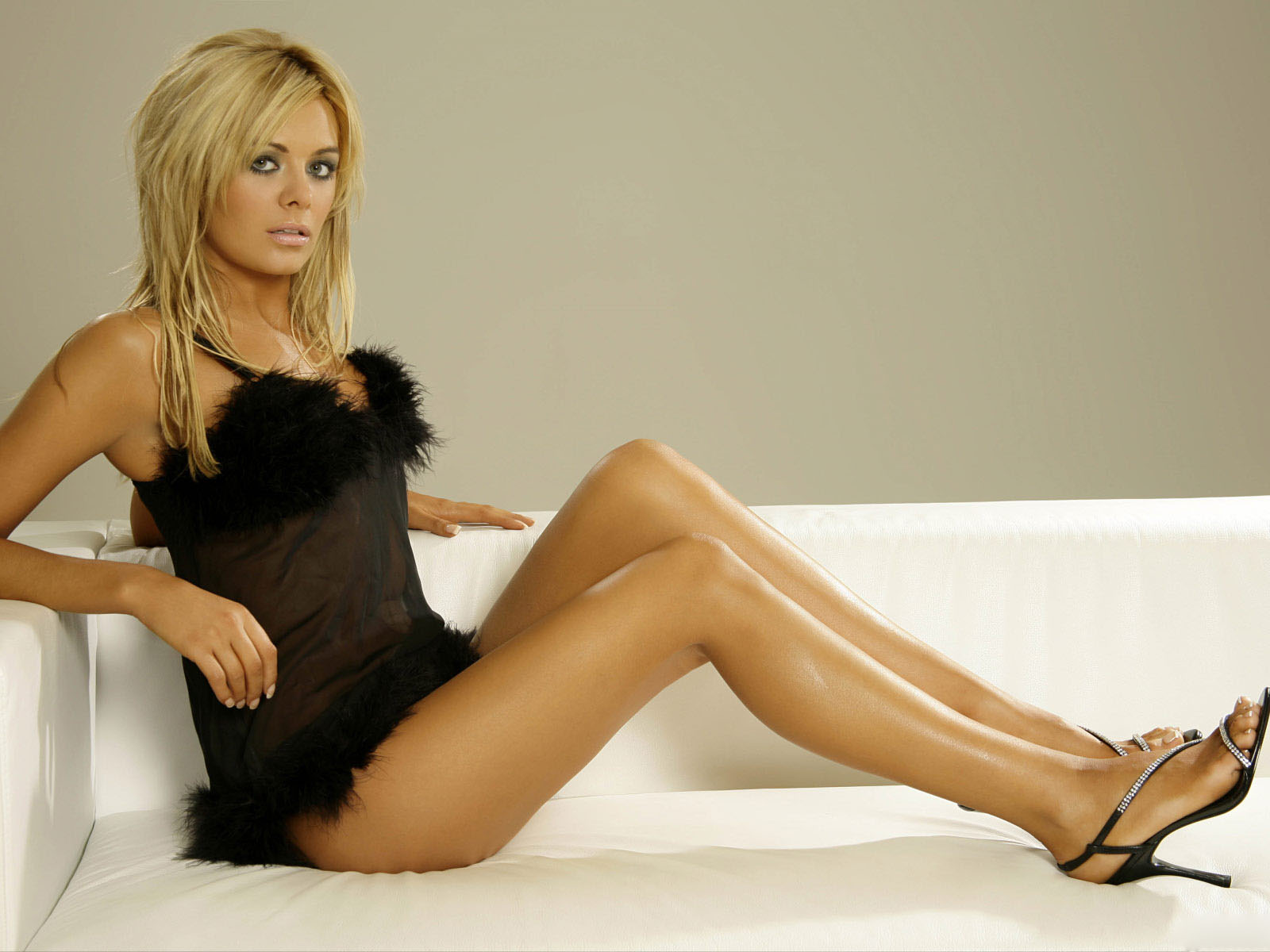 Kaley Cuoco Hottest Pics, Near Nude & Naked Photos