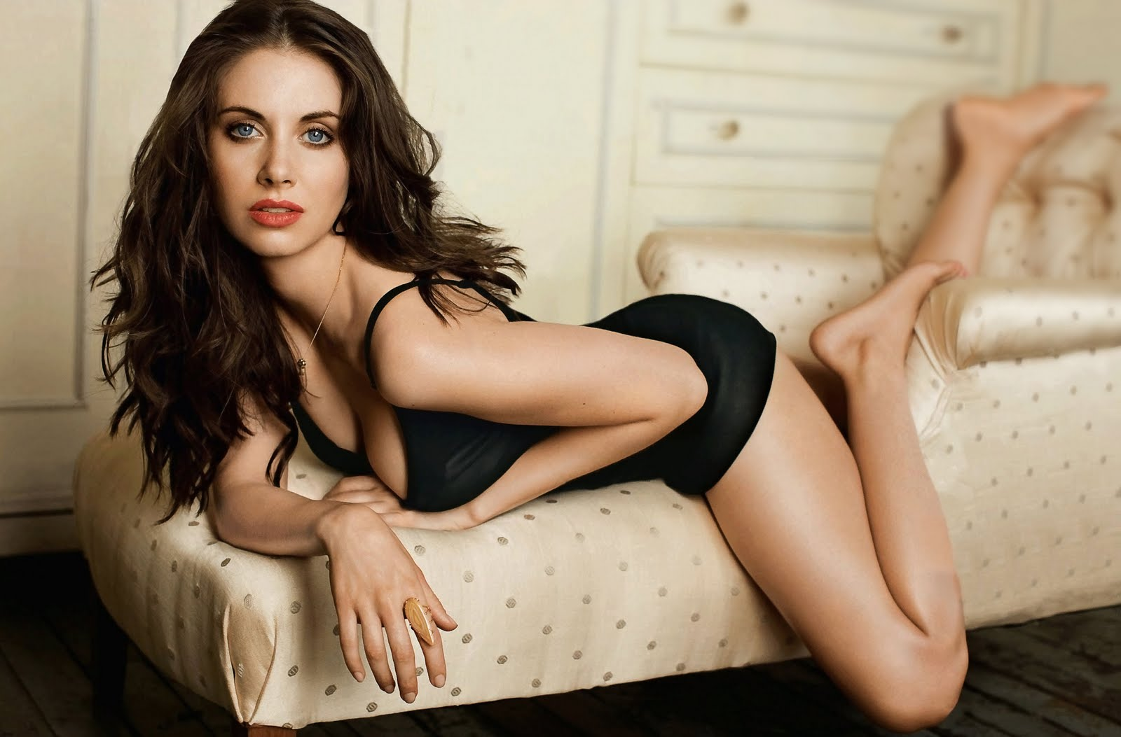 Alison Brie Hot Pics, Sexy Near-Nude Images, Videos