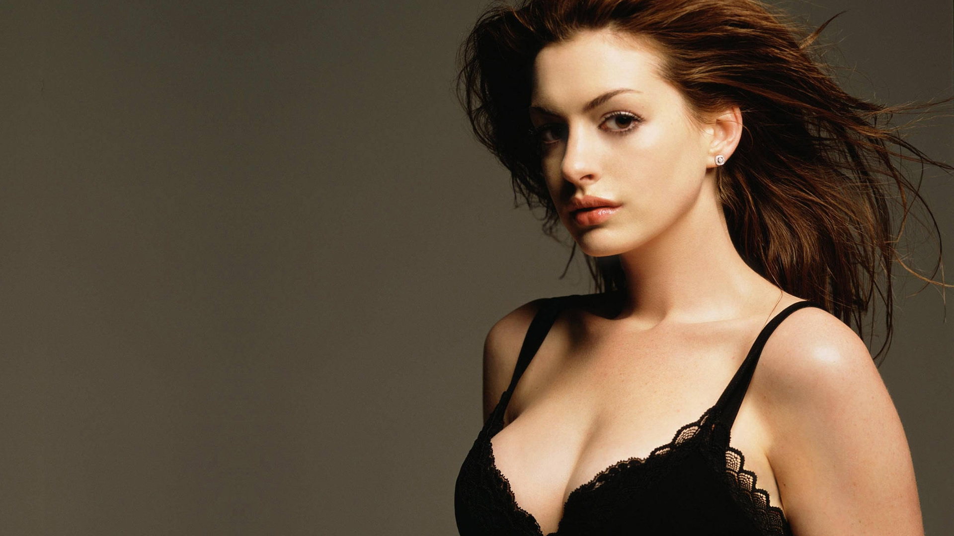 Anne Hathaway Hot & Sexy Bikini Pictures, Images