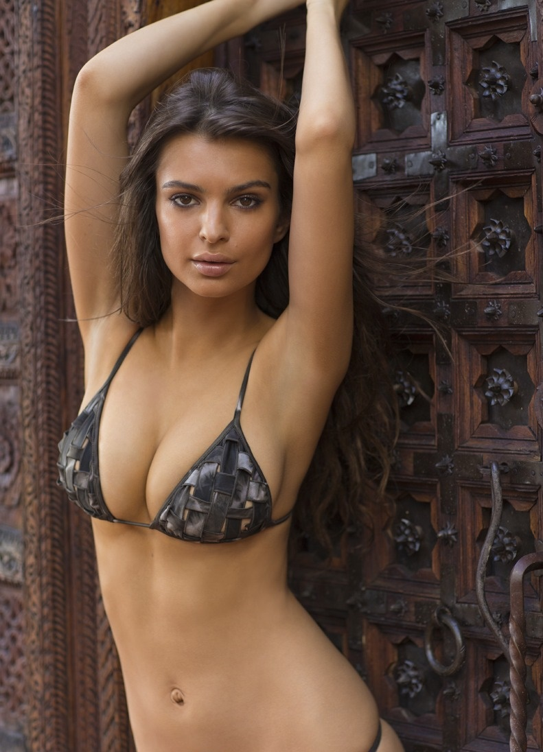 Emily Ratajkowski Hot Bikini Images, Near-Nude Photos