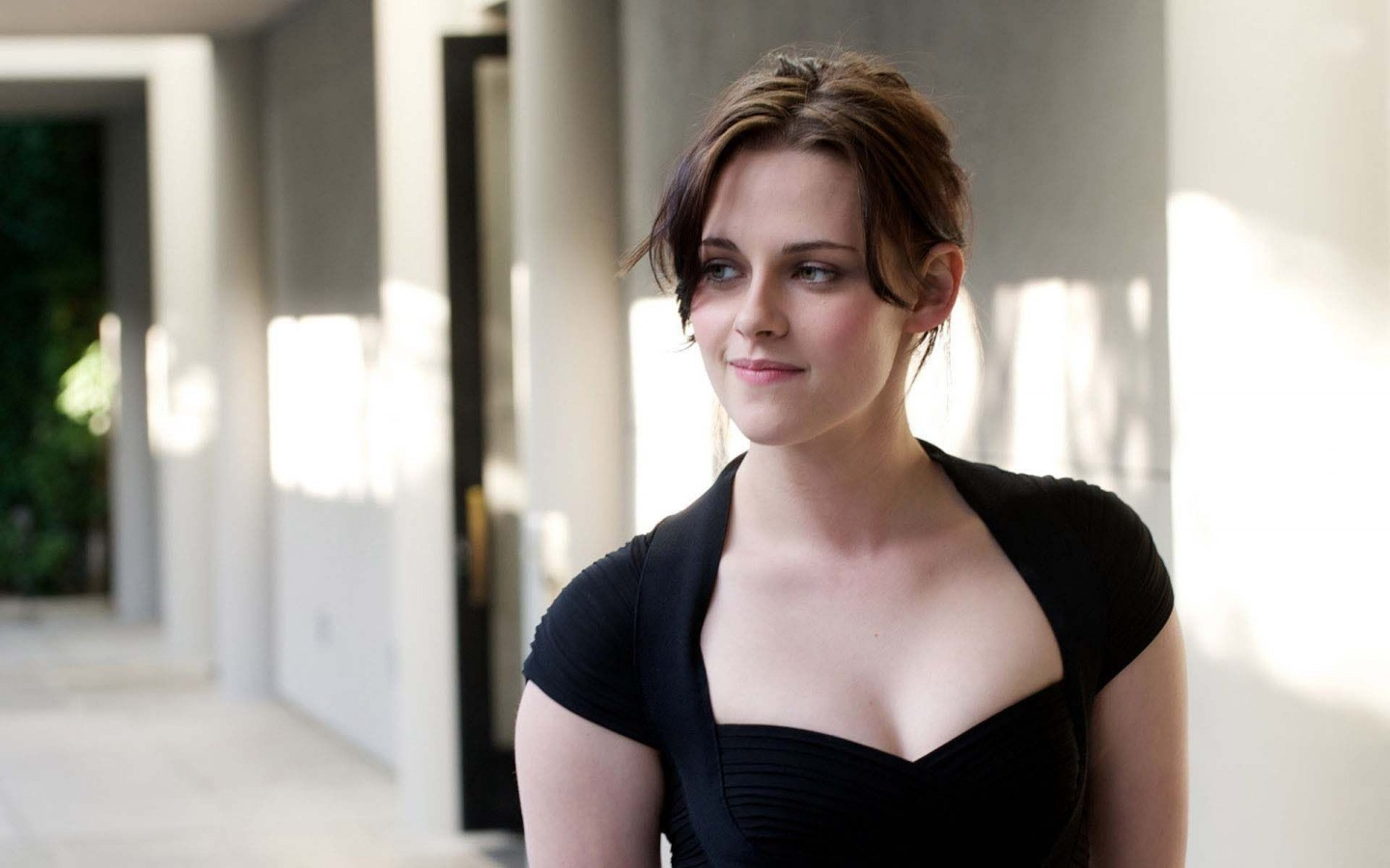 Kristen Stewart Hot Pics, Near-Nude Photos, Images