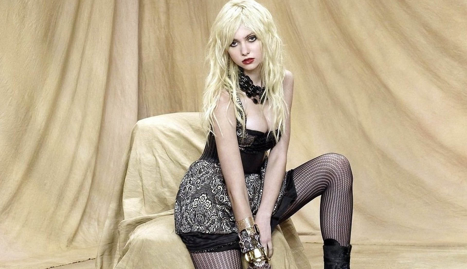 Taylor Momsen Hot Photos, Sexy Near-Nude Pics