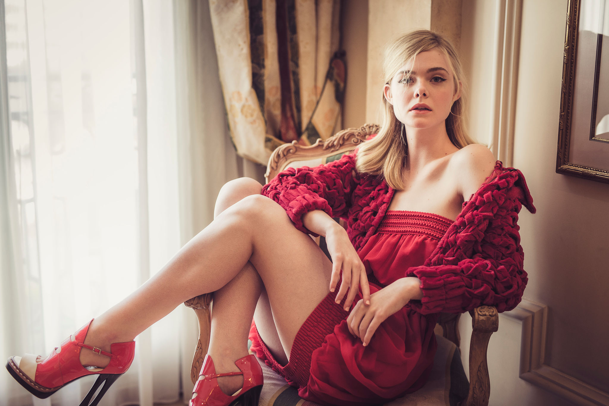 Elle Fanning Hot Bikini Images, Sexy Near-Nude Pics